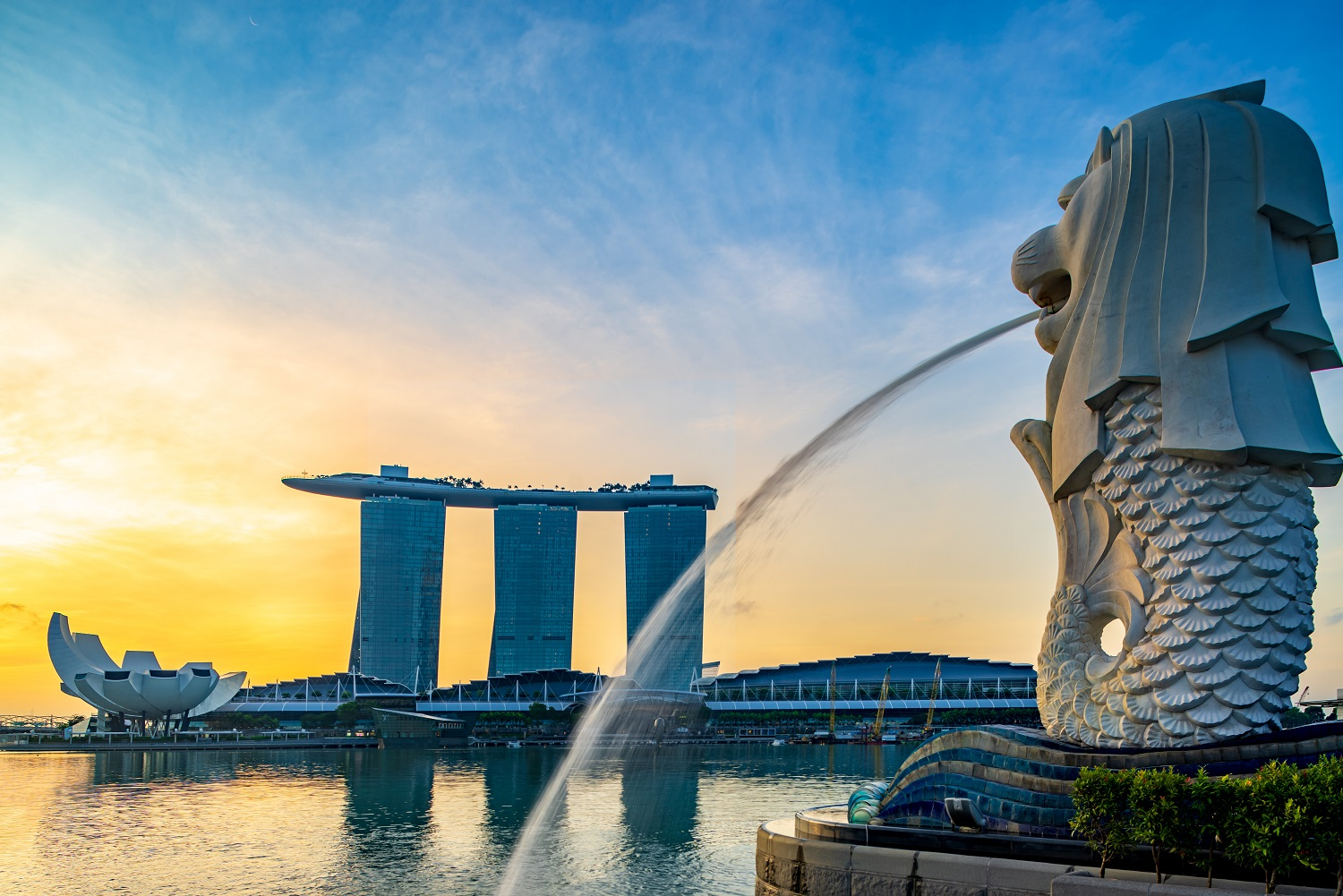 Merlion fountain facing the bay-singapore